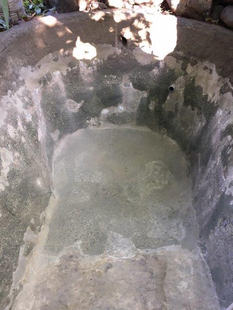 清掃後の池の底部