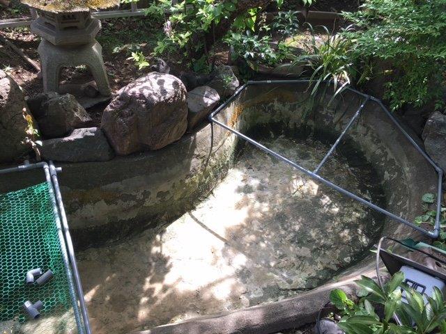 池に金網を設置中
